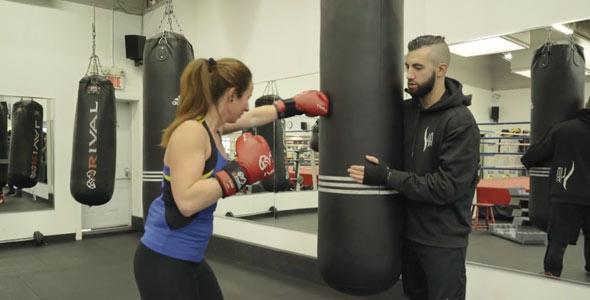 Simon a enseigné quelques techniques de boxe à Kathleen. Finalement, c'est lui qui s'est fait mettre K.O. quand il a compris qu'il n'était pas l'élu du cœur de la belle.