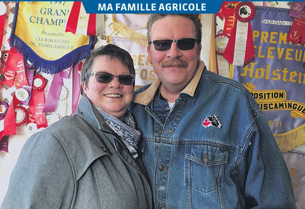 Luce McFadden et Wallace Metcalfe sont des «maniaques» de génétique. Ils posent fièrement devant leurs nombreux prix affichés à l'étable. Crédit photo : Gracieuseté de Luce McFadden