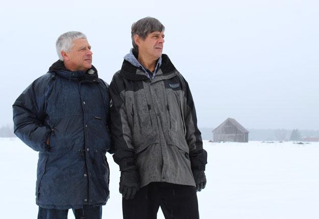 Robert Huot, à gauche, et Albert Gingras, à droite, pourront bientôt récupérer une terre qui appartenait à leur père respectif. Crédit photo : Nathalie Villeneuve