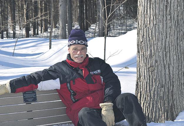 Depuis sa jeunesse, le professeur Benoît Côté est un amoureux de la forêt. Il étudie principalement la nutrition de cette dernière, une spécialité qui exige d'excellentes connaissances des sols et de la physiologie des arbres. On le voit ici à l'Arboretum Morgan. Crédit photo : Mary Milburn