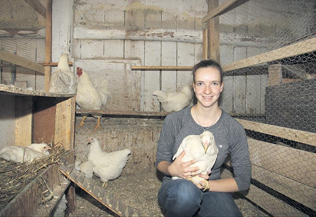 La jeune agricultrice Amélie Brien ne regrette pas son incursion dans l'élevage de poules Chantecler. Crédit photo : Archives TCN