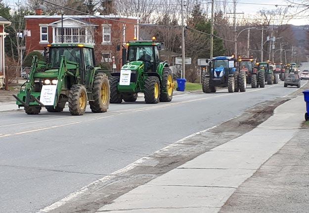 À bord d'une vingtaine de tracteurs, des agriculteurs ont manifesté contre la hausse de taxes foncières dans leur municipalité de Compton, en Estrie. Crédit photo : Gracieuseté de Michel Gaudreau