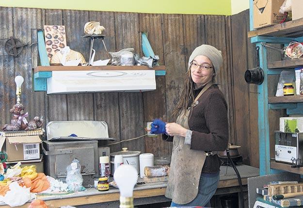 L'artiste abitibienne Katia Martel se cherche des voisins virtuels qui vivent dans les fonds de rangs du Québec. Crédit photo : Marc Boutin