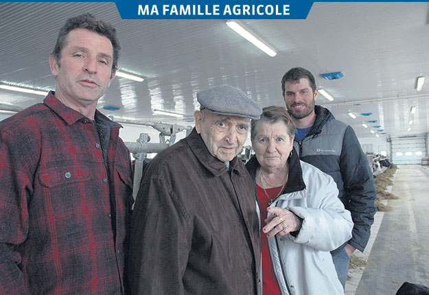 Honoré et sa femme Marie-Claire, deux nonagénaires entourés de leur relève: leur fils Guy, à gauche, et leur petit-fils Dany, à droite. Crédit photos : Reine Côté