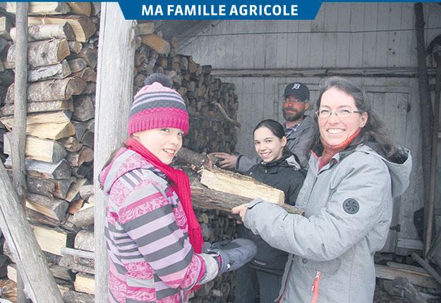 Simon Lachance et Évelyne Cossette ont profité de l'hiver pour corder du bois, gérer l'inscription des gens aux paniers bio et préparer les semis. Leurs filles Flore et Adèle leur sont d'une aide précieuse. Crédit photo: Véronique Demers