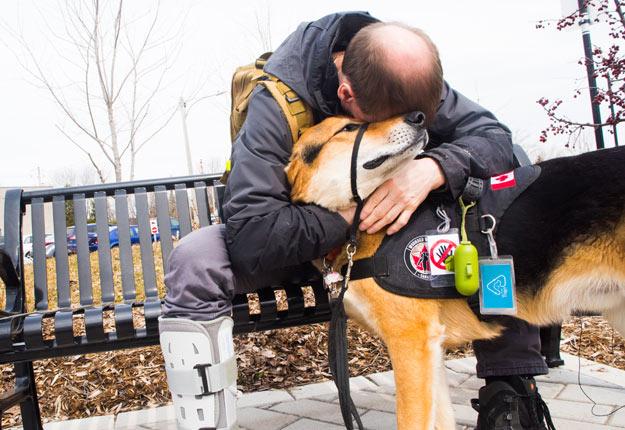 Jacques Leclerc estime que ce chien abandonné devenu un animal d'assistance psychologique lui a sauvé la vie. Crédit photo : Martin Ménard/TCN