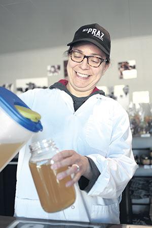 En Abitibi, la copropriétaire de la Boucherie des Praz, Christel Groux, a attiré de nouveaux clients grâce à une initiative zéro déchet. Crédit photo : Marc-Olivier Thibault