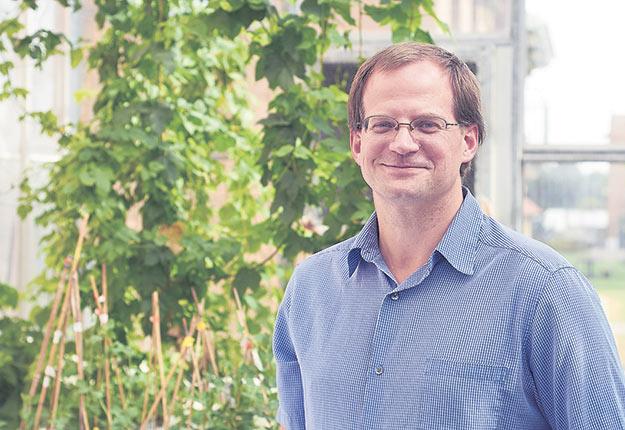Mark Lefsrud, chercheur en génie des bioressources, rêve du jour où l'on pourra produire des pêches dans les serres du Québec. Crédit photo : Université McGill