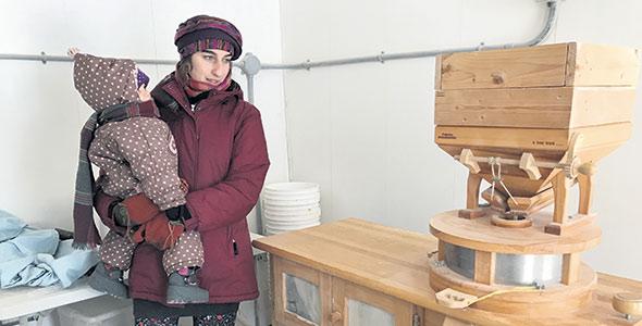 C'est dans cette petite pièce adjacente à sa maison qu'Émilise Lessard-Therrien peut moudre jusqu'à 18kg de farine de blé, de sarrasin ou de seigle par jour.