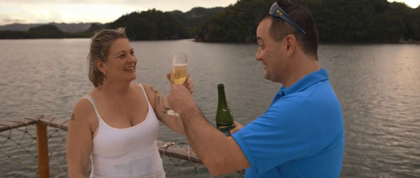 Christian et Josée portent un toast à ce voyage paradisiaque et au début d'une possible vie commune.