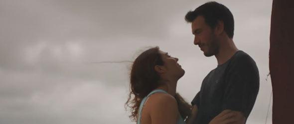 Même un ciel gris ne peut arrêter le feu de l'amour qui brûle entre Julien et Isabelle.