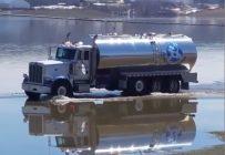 Les inondations ont compliqué le trajet de ce transporteur laitier.