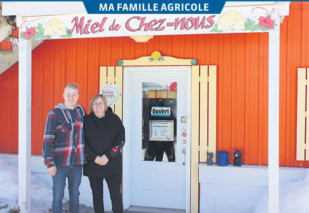 La famille Scultéty célèbre, en 2019, les 50ans de Miel de chez nous. Sur la photo, Paul Scultéty Letarte est accompagné de sa mère, Suzanne Scultéty, copropriétaire de l'entreprise. Crédit photo : Étienne Dupuis