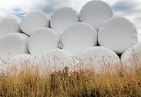 Une balle de foin de 4pi de diamètre et 5pi de hauteur, avec un taux d'humidité de 55%, pèsera environ 1500lb (680kg).