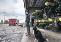 L'inquiétude est palpable chez les producteurs de grains qui ont non seulement été retardés dans leurs semis, mais qui voient aussi le prix du soya chuter. Mathieu Pigeon est l'un de ceux-là. Photo : Isabelle Bergeron / TCN