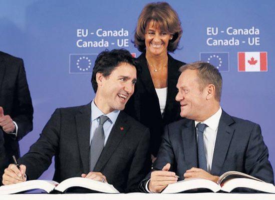 Justin Trudeau et le président du Conseil européen, Donald Tusk, à la cérémonie de signature de l'Accord économique et commercial global le 30 octobre 2016 à Bruxelles, en Belgique.