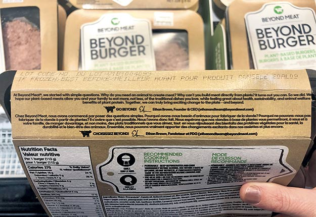 Le mot «viande» apparaît à trois reprises au dos de l'emballage des galettes à hamburgers Beyond Meat. Photo : Josianne Desjardins/TCN
