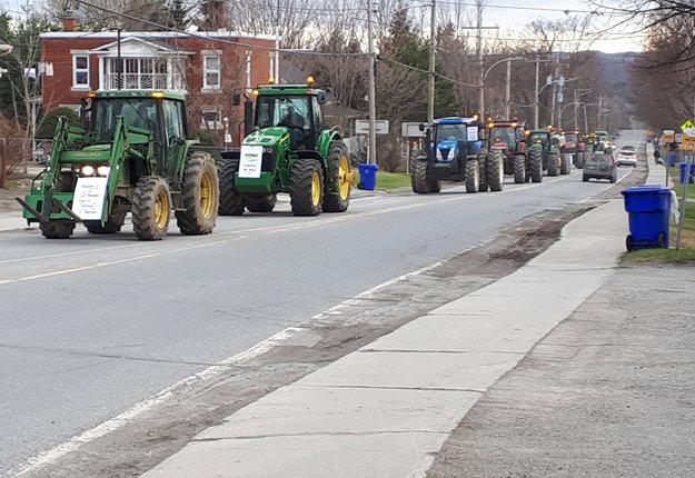 En avril, une vingtaine de producteurs ont manifesté en tracteur contre la hausse de taxes dans la municipalité de Compton. Crédit photo : Michel Gaudreau