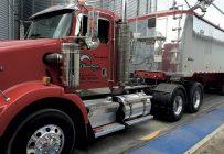 La famille Beauchemin préfère acheter des camions usagés, parce que le retour sur investissement est plus court. Sur la photo: camion Kenworth1998 avec remorque East 2008. Photos : Gracieuseté de la Ferme J.N. Beauchemin et fils