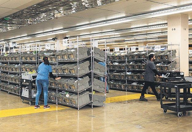 Les Fermes Lufa ont déménagé leur centre de distribution dans une partie de l'ancien entrepôt de Sears à Montréal. Crédit photo : Gracieuseté des Fermes Lufa