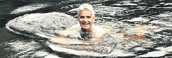 Patrice Coquereau profite de quelques instants de bonheur dans le lac devant chez lui. Photo : Gracieuseté de Patrice Coquereau