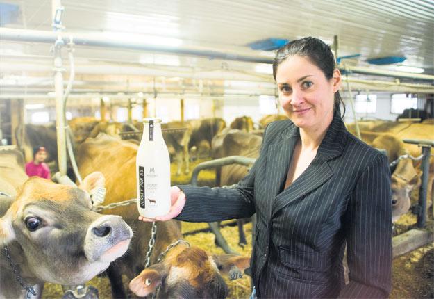 Caroline Pelletier réalise un rêve d'offrir à la population le lait de ses vaches Jersey A2A2. Crédit photos : Martin Ménard/TCN