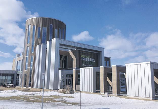 L'institut national d'agriculture biologique se démarque par son architecture unique évoquant un silo. Tant à l'extérieur qu'à l'intérieur, le bois y est à l'honneur. Photos : Martin Ménard / TCN