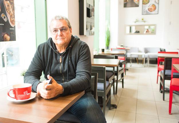 François Décarie est déçu de mettre fin à son aventure dans le sirop, mais il est fier d'avoir amorcé un mouvement qui consiste à vendre ce produit différemment. Photo : Martin Ménard/TCN
