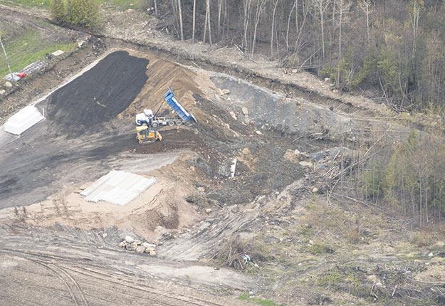 Un camion déverse son chargement sur la terre du producteur Jean-Charles Legault, à Saint-Joseph-du-Lac. Photo : Gracieuseté de la Ville de Saint-Joseph-du-Lac