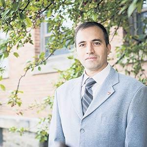 Viacheslav Adamchuk, professeur et chercheur au Département de génie des bioressources de l'Université McGill, a développé un outil qui aide les producteurs à la prise de décision lors de l'épandage de fertilisant.