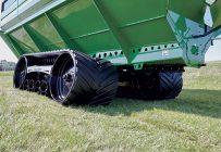 Excellentes pour limiter la compaction dans les champs, les chenilles sont peu populaires lors de l'achat de chariots à grain en raison de leur prix élevé. Photo : Unverferth
