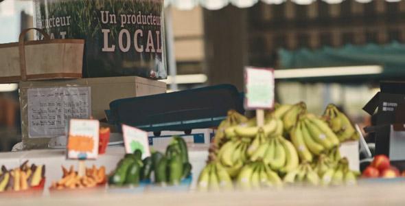 Un producteur local qui vend des bananes au Marché Jean-Talon. On aura tout vu!