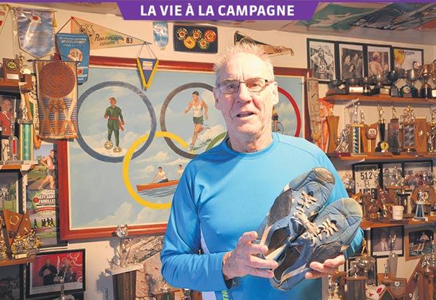 Marcel Jobin a transformé une chambre de sa maison en un minimusée où sont exposés les souvenirs de ses 60ans de carrière sportive. Photo : Bernard Lepage / TCN