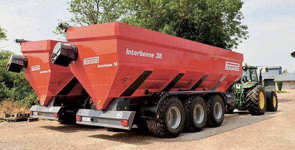 Le spécialiste des ventes techniques chez Équipements Lambert, Antoine Lefebvre, croit qu'il est plus facile de tirer un chariot équipé de pneus basse pression, comme sur la photo ci-contre, qu'un chariot muni de chenilles. Photo : Perard