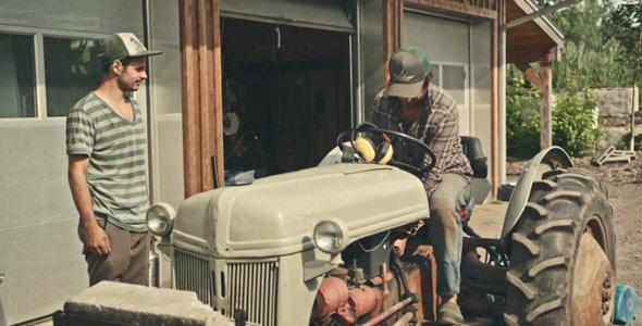 Jean-Martin a demandé un coup de main à Léandre Raymond-Desjardins, une recrue à la Ferme des Quatre-Temps, pour l'aider à faire démarrer son tracteur, visiblement un modèle de l'année.