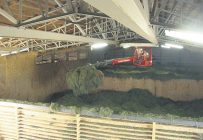 Dans le séchoir composé de trois cloisons de 15pieds de hauteur avec deux ventilateurs, une griffe télescopique sur rail circule au plafond, saisit le foin et le répartit dans les différents espaces. Photo : Agriculture et Agroalimentaire Canada