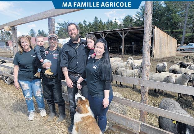 Denise Douaire, Michel Lemay avec son petit-fils Mavrick, Mikael, sa fille Mallory et sa conjointe Mélissa Leblanc qui attend des jumeaux. Photo : Pierre St-Yves