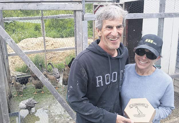 Daniel Bonin et Maryse Sauvé vendront leurs premiers œufs de cane cet été dans les marchés du Québec. Photos : Martin Primeau/TCN