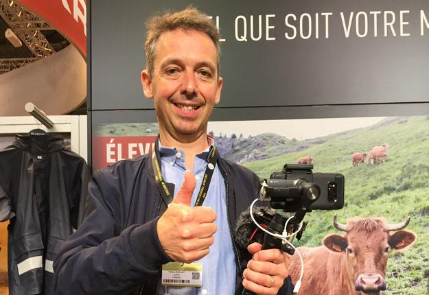 Armé de son équipement rudimentaire de tournage, Thierry Bailliet expose le quotidien des agriculteurs français depuis environ sept ans. Photo : Vincent Cauchy/TCN