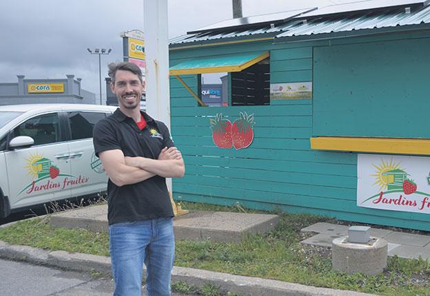 David Vaudrin, propriétaire du réseau de kiosques de fruits et légumes Les Jardins fruités, vient de doter ses installations d'un système de réfrigération à l'énergie solaire. Photo : Pierre Saint-Yves/TCN