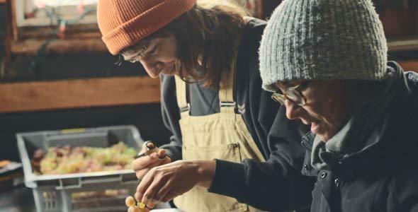 Justine donne un coup de main à Marthe Boulianne, du domaine L'Olivette, pour le nettoyage des raisins.