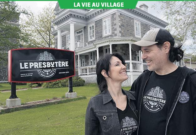 En donnant une tout autre vocation au vieux presbytère patrimonial, Isabelle Dupuis et Francis Boisvert ont contribué à dynamiser le cœur du village de Saint-Stanislas. Photo : Pierre St-Yves / TCN