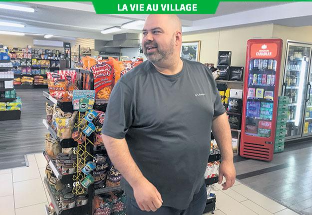 Le propriétaire Nicolas Carignan salue presque chacun de ses clients par son prénom. Photos : Émélie Rivard-Boudreau