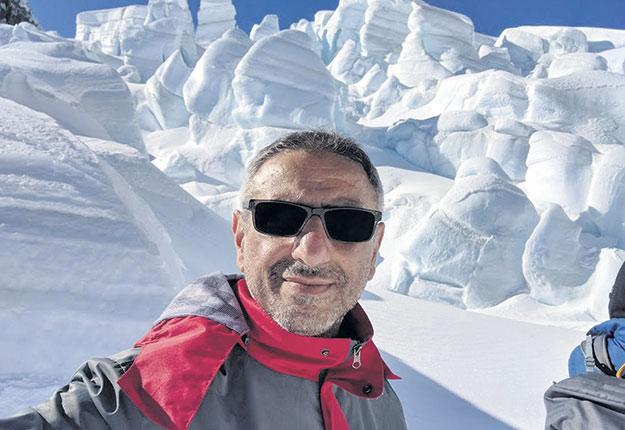 Eyad Atallah, chargé d'enseignement au Département des sciences atmosphériques et océaniques de l'Université McGill et passionné de météorologie extrême, lors d'une expédition sur un glacier en Nouvelle-Zélande. Photo : Eyad Atallah