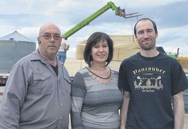 Maurice Richard, Diane Vaillancourt et leur fils Jean-Philippe font preuve de détermination dans la reconstruction de leurs bâtiments. Photos : Émélie Rivard-Boudreau