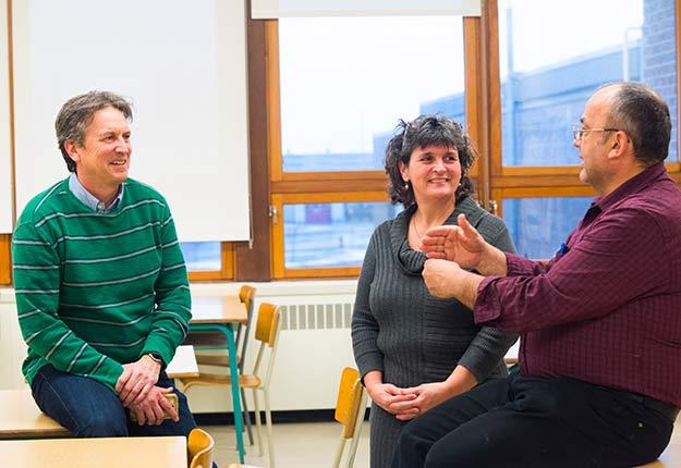 Aux yeux de certains producteurs, Louis Robert (à gauche sur la photo) est un vulgarisateur qui leur permet de comprendre le comportement des plantes et de l'azote dans le sol. Photo : Martin Ménard/Archives TCN
