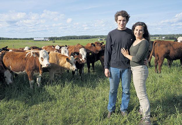 Simon Lafontaine et Frédérique Lavallée devant leur troupeau qu'ils souhaitent voir devenir carboneutre. Photo : Gracieuseté de la famille Lafontaine-Noël