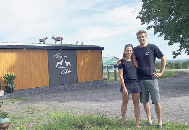 Marie-Pier Nadeau et Jean-Philippe Jolin devant leur nouveau comptoir caprin à la Ferme Caprijol.