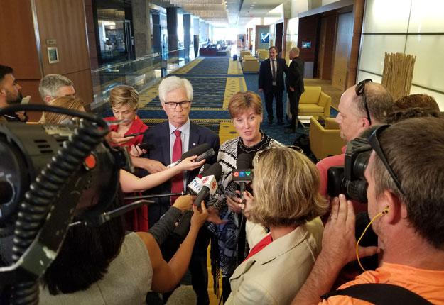Les ministres fédéraux Marie-Claude Bibeau et Jim Carr se sont entretenus avec des représentants de l'industrie du porc et du bœuf canadiens pour faire état de l'avancement du dossier des exportations de viande en Chine. Crédit : Agriculture et Agroalimentaire Canada