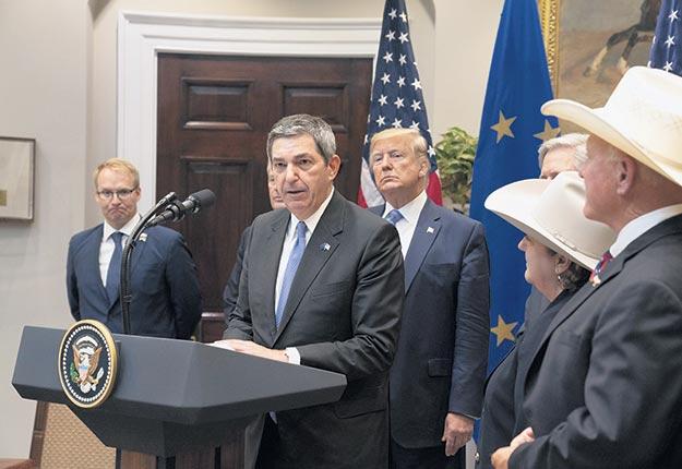 L'ambassadeur européen Stavros Lambrinidis, entouré de Donald Trump et des représentants de l'industrie bovine américaine. Crédit : Maison-Blanche/Joyce N. Boghosian